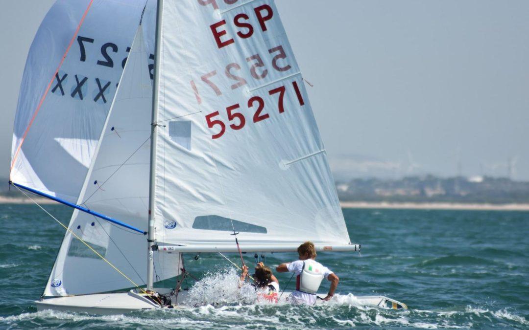 Miguel Campos y Pablo Moreno del RCRA entran dentro del top10 sub17 en el campeonato de España de 420 celebrado en la bahía de Cádiz. Los alicantinos consiguen así obtener el mejor  resultado de la Selección Valenciana